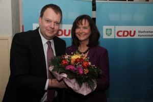 Blumen für Roswitha Bannert-Schlabes. Norbert Neß gratuliert.