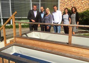 Mit Leiter Niko Ridder und seinen Kolleginnen besichtigen die CDU-Vertreter die neue Kneipp-Anlage.